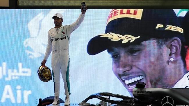 Lewis Hamilton menutup musim balap F1 2018 dengan 408 poin atau unggul 88 poin dari pesaing terdekatnya Sebastian Vettel. Gelar tahun ini merupakan yang kelima dalam sepanjang kariernya setelah 2008, 2014, 2015, dan 2017. (REUTERS/Ahmed Jadallah)