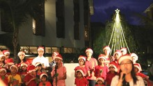 Pohon Natal LED Setinggi 18 Meter Curi Perhatian di Bali