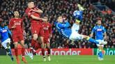 Napoli yang hanya butuh hasil imbang terus mencoba menyerang setelah mereka tertinggal 0-1 dari Liverpool. (REUTERS/Jon Super)