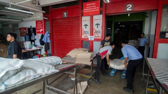 Sejumlah pekerja memasukkan barang yang baru tiba ke gudang salah satu swalayan di Palu. Sebelumnya, kegiatan ekonomi lumpuh total. (ANTARA FOTO/Basri Marzuki).