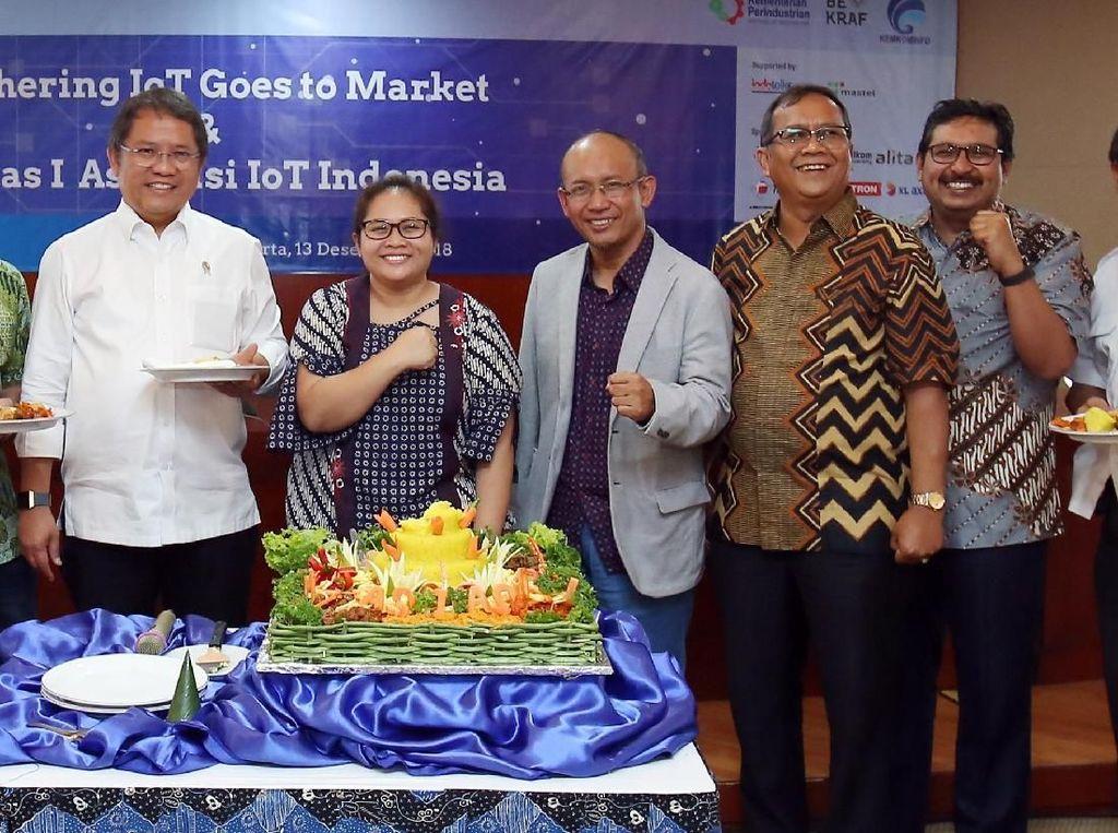 Asosiasi IoT Indonesia berfoto bersama usai menggelar munasnya yang pertama dan memilih Teguh Prasetya sebagai Ketua Umum periode 2018-2021. Foto: dok. Asosiasi IoT
