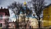 Bayangan bangunan dan Katedral Trinity tercermin di sungai Fontaka di Saint Petersburg. (AFP/Olga Maltse)