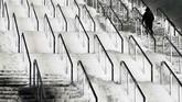Pemandangan dari tangga stadion Olimpiyskiy yang tertutup salju di pertandingan Liga Champions antara Shakhtar Donetsk versus Olympique Lyonnais. (Reuters/Gleb Garanich)