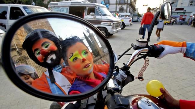 Gambar badut tercermin di kaca spion sebuah motor saat digelarnya Hari Badut Internasional di Guadalajara. (AFP/Ulises Ruiz)