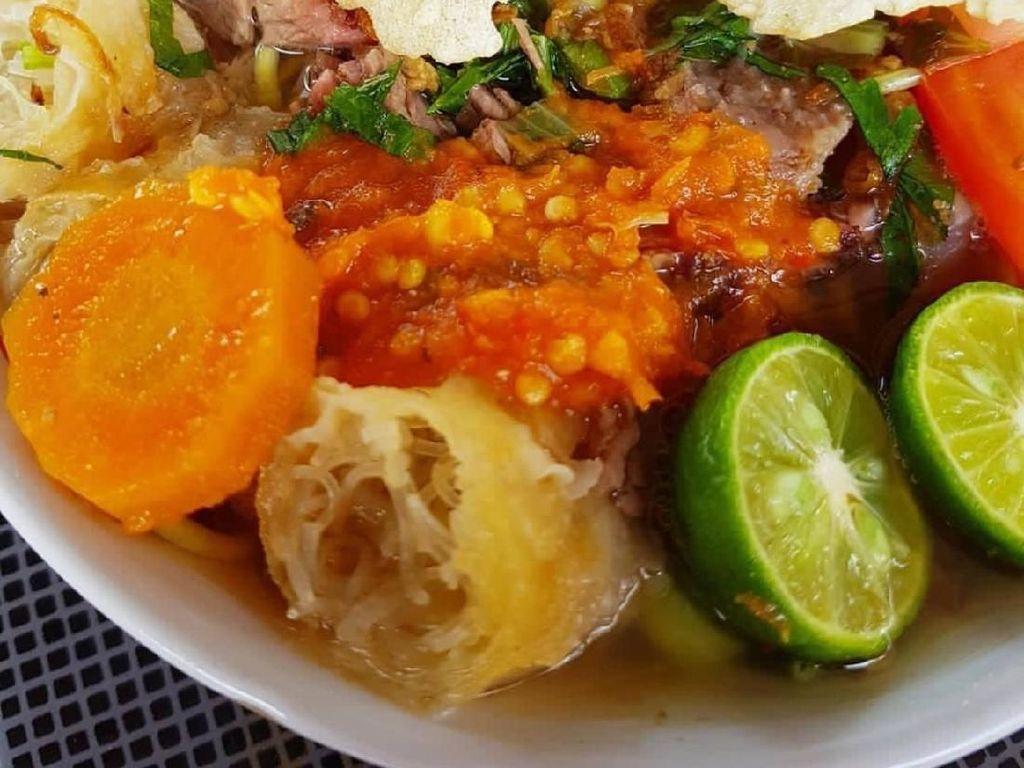 Emping atau kerupuk kanji, jeruk limau,sambal rawit dan bawang merah goreng jadi pelengkap yang bikin soto mie makin enak. Foto: Instagram @ellyshuang