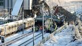 Tabrakan dua kereta di stasiun kereta api Ankara, Turki, merenggut tujuh nyawa dan melukai 43 orang lainnya. (REUTERS/Tumay Berkin)