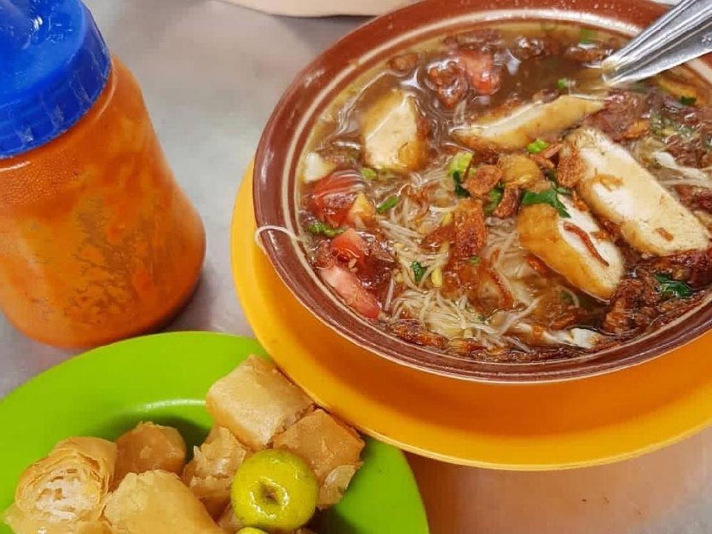 Risol bihun yang renyah jadi cori khas soto mie ini. Kalau kurang puas bisa pesan tambahan risolnya terpisa. Mantap! Foto: Instagram @dapur_m