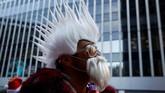 Seorang peserta berpakaian seperti Santa Claus mengambil bagian dalam festival SantaCon di Manhattan, New York, Amerika Serikat. (Reuters/Caitlin Ochs)