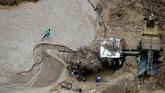 Ketika helikopter pemerintah menyapu hutan tersebut dari atas, para penambang langsung lari ke dalam belukar. (Reuters/Ricardo Moraes)