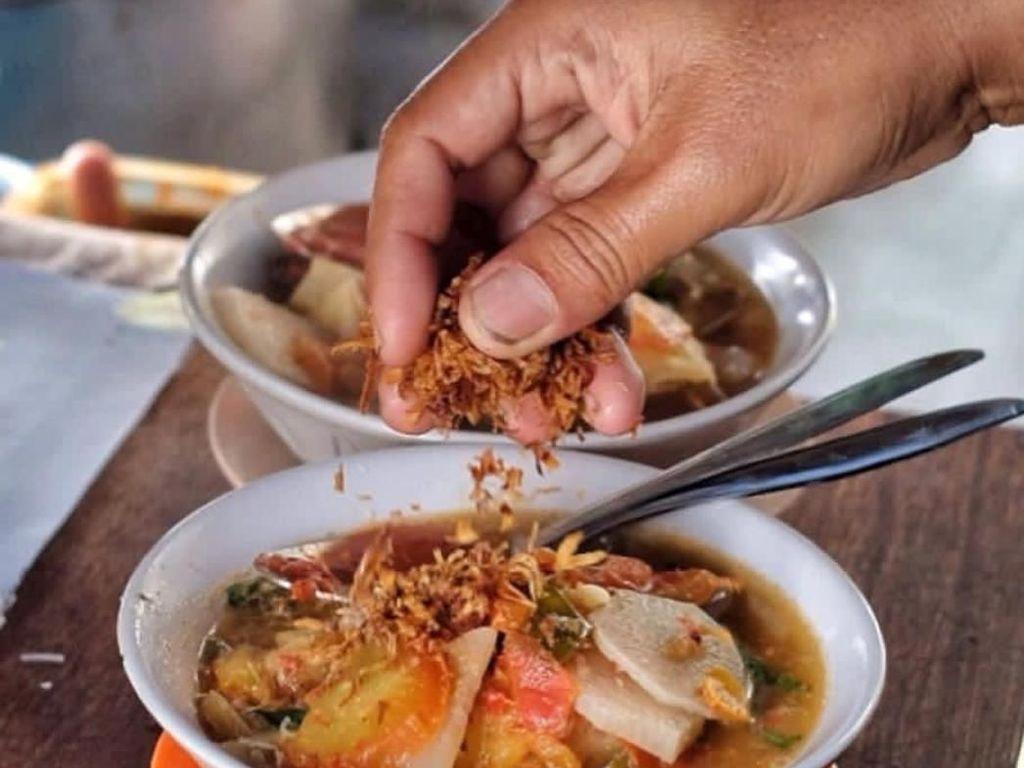 Isian sayuran soto mie juga lengkap. Kentang, lobak. wortel, tomat, kok plus taburan bawang goreng. Foto: Instagram @dad_dish