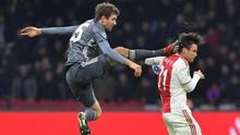 Tendang Pemain Ajax Ala Bruce Lee, Mueller Diusir Wasit