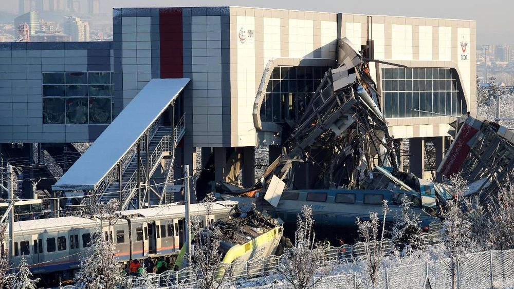 Sebuah kereta berkecepatan tinggi bertabrak dengan lokomotif lain dan menabrak jembatan di sebuah stasiun kereta api di Ankara, Turki, Kamis (13/12/2018). Peristiwa tersebut menewaskan empat orang dan 43 orang luka-luka. Reuters/Tumay Berkin