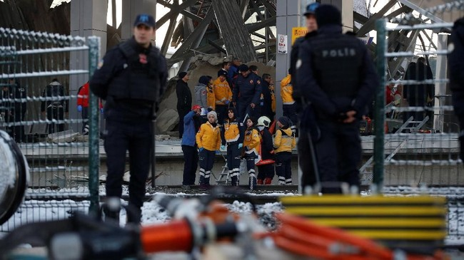 Tim penyelamat membantu penumpang keluar dari gerbong di bawah puing-puing jalan layang di Stasiun Marsandiz. (REUTERS/Tumay Berkin)