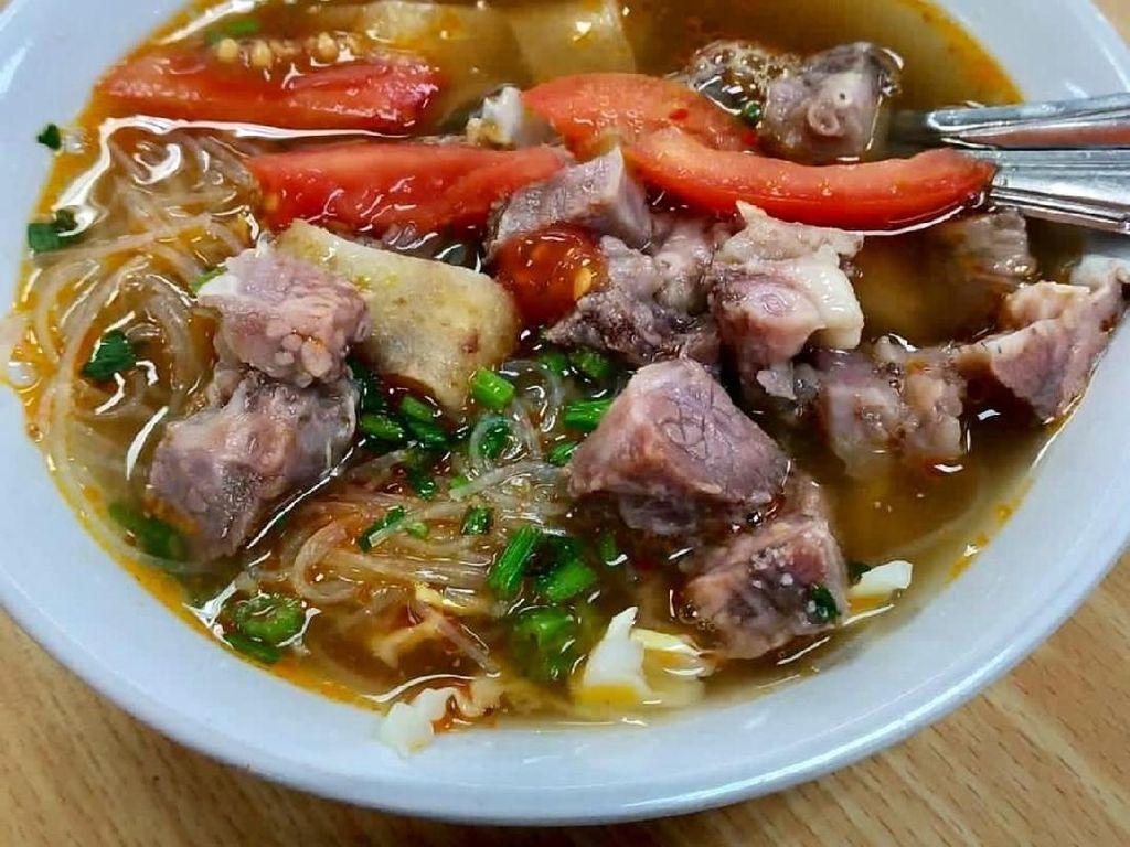 Selain daging sapi, jeroan sapi dan kikil juga sering jadi isian soto mie. Tentu saja rasanya makin enak. Foto: Instagram @diet.kapan2