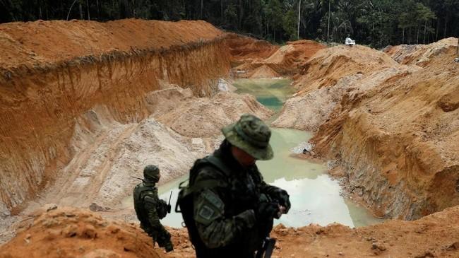 Di pedalaman Hutan Amazon, Brasil, rombongan agen pemerhati lingkungan menyisir lahan dalam satu kampanye untuk menyingkirkan pertambangan ilegal di hutan tropis tersebut. (Reuters/Ricardo Moraes)