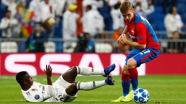 CSKA menutup kemenangan mereka di Bernabeu berkat gol Arnor Sigurdsson usai menerima assist Nikola Vlasic pada menit ke-78. Dalam pertandingan itu tercatat Arnor mencetak satu gol dan menyumbang satu assist. (REUTERS/Juan Medina)