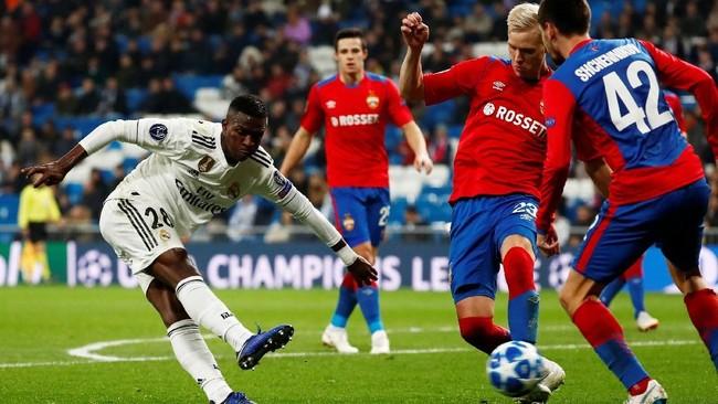 Winger Vinicius Junior tampil sebagai starter bersama Madrid saat melawan CSKA di Stadion Santiago Bernabeu, Kamis (12/12) dini hari WIB. Sayangnya Vinicius gagal mencetak gol dalam laga tersebut. (REUTERS/Juan Medina)
