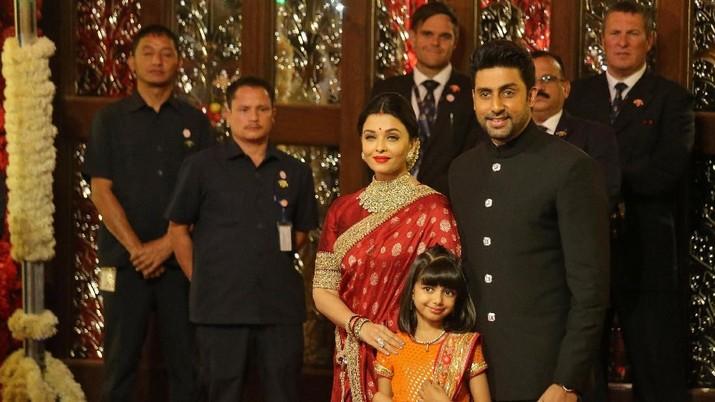 Aktor Abhishek Bachchan, aktris istrinya Aishwarya Rai dan putri mereka Aaradhya tiba untuk menghadiri upacara pernikahan Isha Ambani, putri dari Ketua Industri Reliance Mukesh Ambani, di Mumbai, India, 12 Desember 2018. REUTERS / Francis Mascarenhas