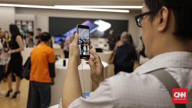iPhone XS Max dipasarkan mulai radari Rp22,5 juta (64 GB), Rp25,5 juta (256 GB), dan Rp29,5 juta (512 GB).(CNNIndonesia/Adhi Wicaksono)