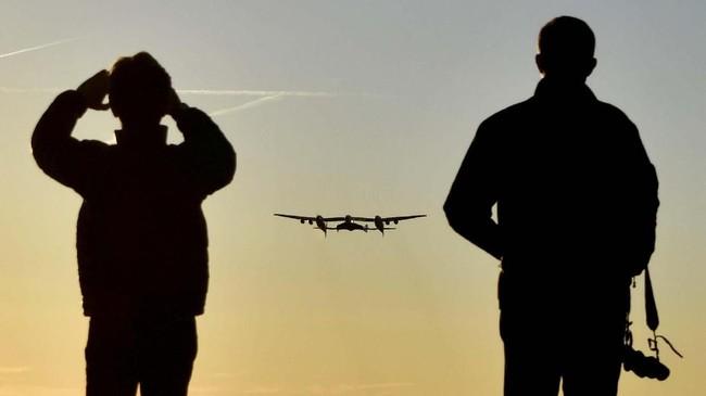 Dalam percobaan terbang pertamanya ini, SpaceShipTwo dan WhiteKnigtTwo berhasil terbang ke ruang angkasa dengan dua pilot dan sebuah manekin sebagai penumpang mereka (REUTERS/Gene Blevins)