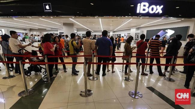 Penjualan perdana iPhone XS Max, iPhone XS, dan iPhone XR serta Apple Watch series 4 dilakukan di gerai iBox, Mall Central Park, Jakarta Barat, Jumat(14/12). (CNNIndonesia/Adhi Wicaksono)