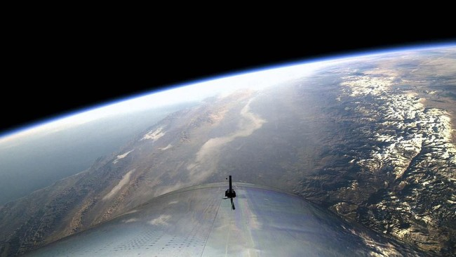 WhiteKnightTwo akan kembali ke landasan sementara SpaceShipTwo menjelajah di ketinggian 82,7 kilometer di atas bumi selama 90 menit (Virgin Galactic/Handout via REUTERS)