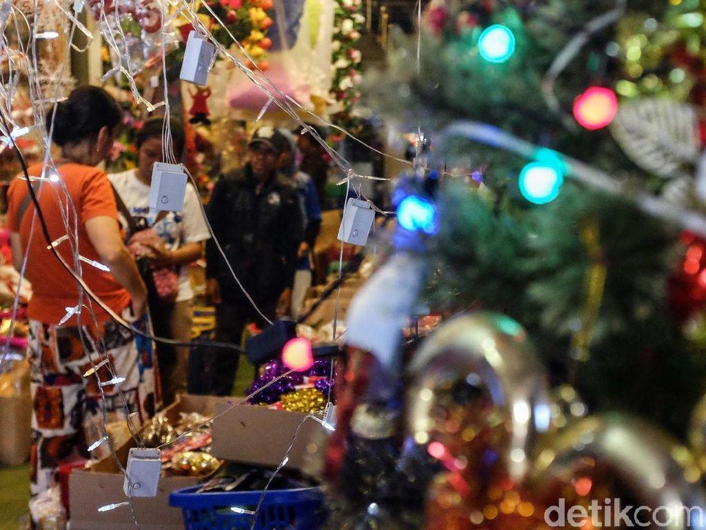 Pernak-pernik Natal di Pasar Asemka Mulai Diserbu