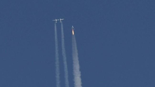 Pada ketinggian tertentu, WhiteKnightTwo akan melepaskan SpaceShipTwo yang akan terbang vertikal dengan roket miliknya hingga ke orbit(REUTERS/Gene Blevins)