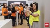 Artis Tasya Kamila turut hadir saat penjualan perdana trio iPhone teranyar dan menjajal langsung performa ponsel keluaran Apple tersebut.(CNNIndonesia/Adhi Wicaksono)