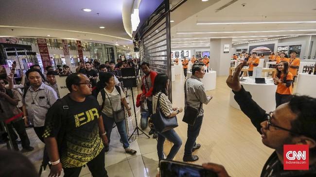 Penjualan tiga iPhone terbaru dan Apple Watch 4 kali ini hanya diwarnai oleh antrean puluhan orang di depan toko sejak pagi hari. (CNNIndonesia/Adhi Wicaksono)