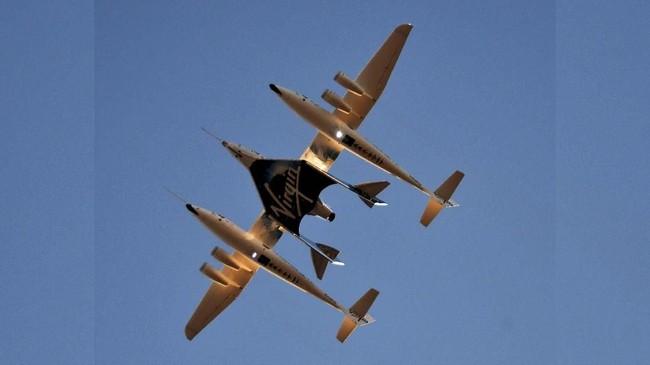 SpaceShipTwo yang ada di tengah akan dibawa lepas landas oleh WhiteKnightTwo yang mendampingi di kedua sisi pesawat itu (REUTERS/Gene Blevins)
