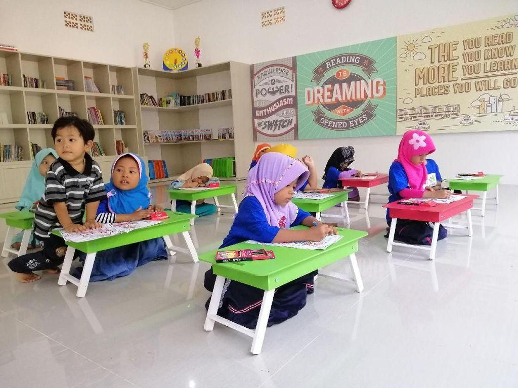 Taman baca dengan luas bangunan 70 meter persegi ini dilengkapi sejumlah fasilitas untuk anak-anak. Pool/KCI.