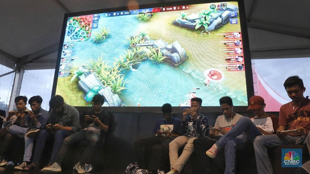 Peserta mengikuti Mobile Legend Competition dalam rangka merayakan Ulang tahun ke-17 di Lapangan Transcity, Tangerang Selatan, Jumat (14/12/2018). (CNBC Indonesia/Andrean Kristianto)