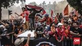 The Jakmania meluapkan kegembiraan merayakan gelar juara Persija Jakarta di Liga Indonesia yang kali terakhir dirasakan pada 17 tahun silam. (CNN Indonesia/ Hesti Rika)