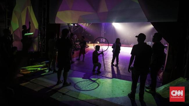 Pemain sirkus dari Oriental Circus Indonesia (OCI) berlatih jelang gelaran The Great 50 Show di kawasan GBK, Jakarta (12/12). (CNN Indonesia/ Hesti Rika)
