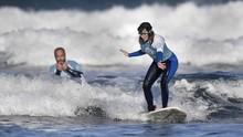 Peselancar Tunanetra Spanyol Tak Gentar Menantang Ombak