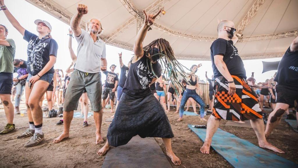 Variasi Yoga Unik, Telanjang hingga Diiringi Musik Metal