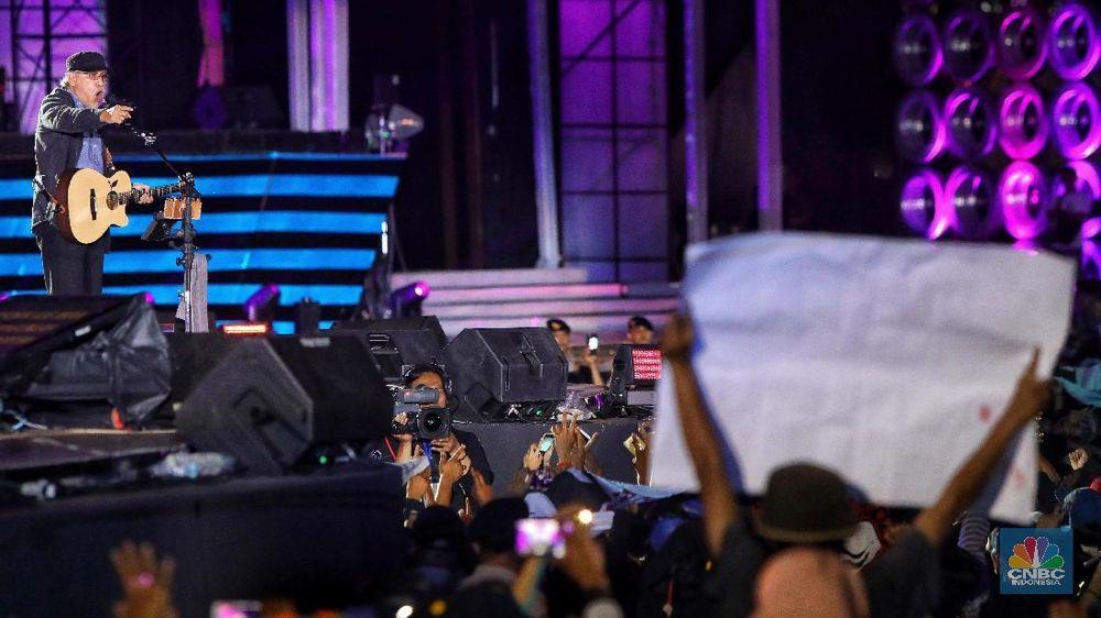 Penonton bersorak saat penampilan Iwan Fals yang membuka HUT Transmedia yang ke-17 yang berlangsung di Transcity, Serpong, Jumat (14/12/2018). (CNBC Indonesia/Andrean Kristianto)