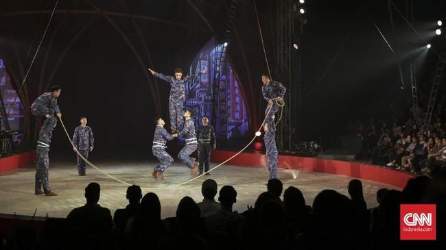 Dulu kelompok sirkus ini menggunakan hewan sebagai salah satu atraksi pertunjukkannya, saat ini mereka menggantinya dengan kreasi visual dan tarian.(CNN Indonesia/ Hesti Rika)