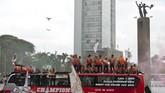 Rombongan tim Persija Jakarta bersama suporter mereka, The Jakmania,tiba di Bundaran Hotel Indonesia, Jakarta, Sabtu (15/12). (ANTARA FOTO/Galih Pradipta)