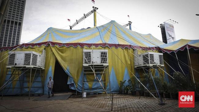 Tenda sirkus dari Oriental Circus Indonesia (OCI) saat gelaran The Great 50 Show di kawasan Gelora Bung Karno (GBK), Jakarta (13/12). Kelompok sirkus pertama di Indonesia yang berdiri sejak 1967 ini akan mempertunjukan kombinasi sirkus tradisional dan modern pada 14 Desember hingga 20 Januari 2019 di Jakarta. (CNN Indonesia/ Hesti Rika)