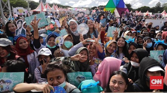 Masuk hari kedua 15 Desember 2018, Lapangan Transcity dipenuhi oleh ribuan penggemar Super Junior D&E, ELF, yang kompak mengenakan pakaian dan aksesori berwarna biru. (CNN Indonesia/Adhi Wicaksono)