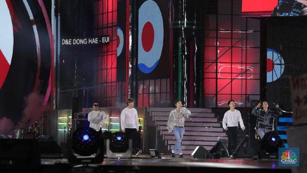 Boyband asal Korea Selatan, Super Junior D&E tampil menghibur penggemarnya di Indonesia pada perayaan HUT Transmedia ke-17 di Transcity BSD, Tangerang Selatan, Sabtu (15/12/2018). (CNBC Indonesia/Muhammad Sabki)