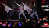 Super Junior D&E yang terdiri dari duo Donghae dan Eunhyuk punmampu membuat ribuan ELF bersorak, bernyanyi, dan berjingkrak bersama melalui sejumlah lagu mereka, seperti 'Oppa, Oppa'. (CNN Indonesia/Adhi Wicaksono)