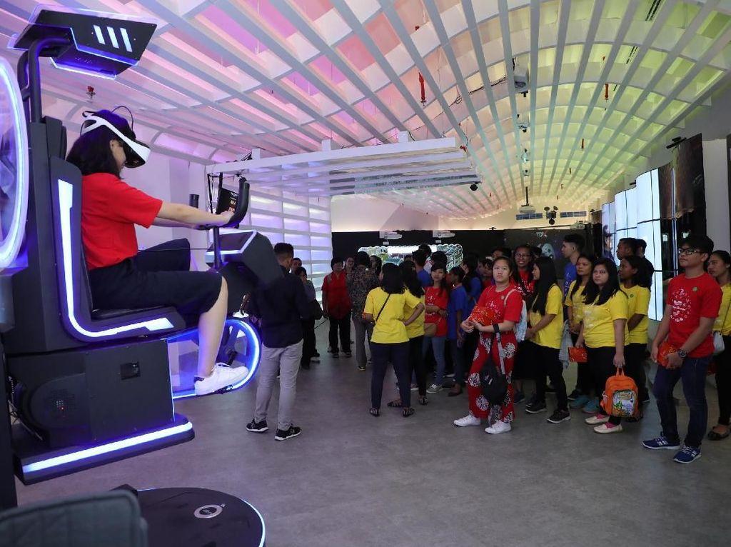 Anak-anak peserta acara BUMN Berbagi Bersama Panti Asuhan saat berkunjung dan mencoba pengalaman digital di Telkom Digital Experience (TDX) Kawasan The Telkom Hub Jakarta. Kunjungan tersebut juga ditujukan untuk memberikan gambaran tentang berbagai teknologi, seperti produk dan solusi Internet of Things (IoT), yang mungkin digunakan di masa mendatang. Foto: dok. Telkom