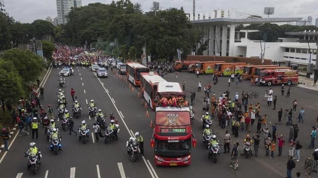 Pawai juara Persija Jakarta dimulai dari Kompleks Gelora Bung Karno menuju Balai Kota DKI Jakarta,Sabtu (15/12), pagi. (ANTARA FOTO/Sigid Kurniawan)