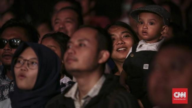 Penonton menikmati atraksi sirkus dari Oriental Circus Indonesia (OCI) yang bertajuk The Great 50 Show di kawasan GBK, Jakarta (13/12). (CNN Indonesia/ Hesti Rika)