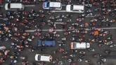 Riuhnya konvoi pendukung Persija Jakarta saat melakukan pawai di Jalan Asia-Afrika, Senayan, Jakarta, Sabtu (15/12).(ANTARA FOTO/Sigid Kurniawan)