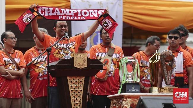 Gubernur DKI Jakarta Anies Baswedan menyapa The Jakmaniausai melakukan pawaijuara Liga 1 2018 di depan Balai Kota DKI Jakarta, (15/12). (CNN Indonesia/ Hesti Rika)
