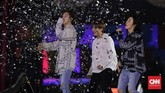 Meski hanya menampilkan sejumlah lagu, penampilan Donghae dan Eunhyuk yang bisa dinikmati secara gratis cukup membuat ELF puas.(CNN Indonesia/Adhi Wicaksono)